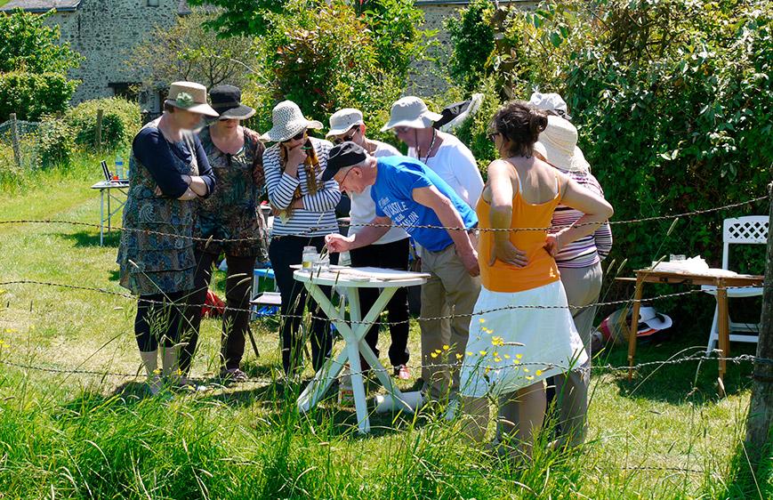groupe de stagiaires placés autour du peintre joel simon lors d'un stage en extérieur